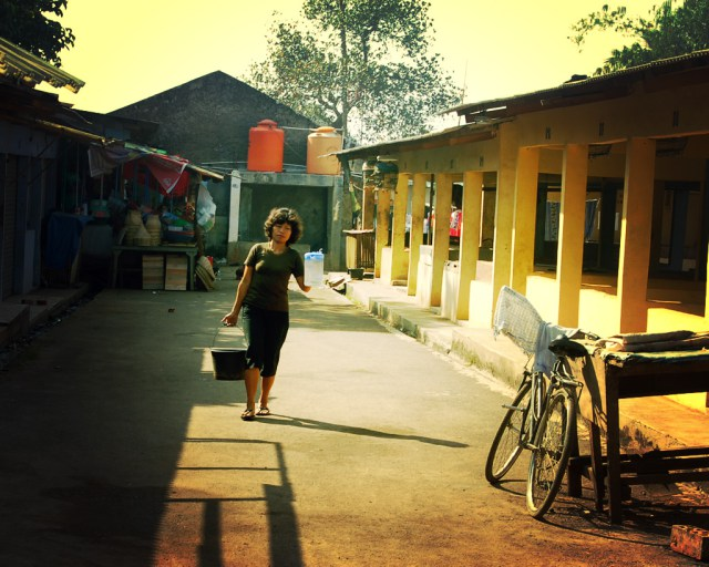 A woman collects water in Pasar Burung, Tangerang. Mo Riza.